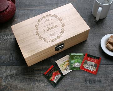 Cette boite à thé gravée en bois est personnalisable