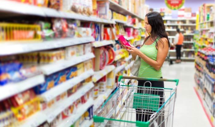Contrôler les étiquettes des produits au supermarché permet d'identifier les produits forts en sucres cachés